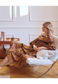BY CABO - Sukienka JANICE. Kolor: brązowy. Materiał: wiskoza, materiał, bawełna. Wzór: paisley, nadruk. Sezon: lato. Styl: boho