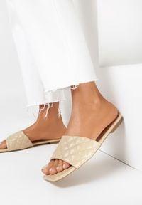 Born2be - Beżowe Klapki Nesassea. Nosek buta: otwarty. Kolor: beżowy. Materiał: skóra ekologiczna. Wzór: geometria, aplikacja. Obcas: na obcasie