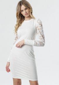 Born2be - Biała Sukienka Wells. Okazja: na wesele, na ślub cywilny, na imprezę. Kolor: biały. Materiał: dzianina, koronka. Długość rękawa: długi rękaw. Wzór: koronka, prążki. Długość: mini