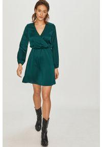 Answear Lab - Sukienka. Kolor: zielony. Materiał: materiał. Długość rękawa: długi rękaw. Typ sukienki: rozkloszowane. Styl: wakacyjny