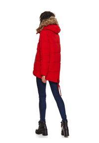 TOP SECRET - Krótka kurtka damska z futrem przy kapturze. Typ kołnierza: kaptur. Kolor: czerwony. Materiał: futro. Długość: krótkie. Wzór: aplikacja. Sezon: zima