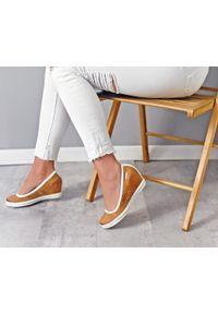 Zapato - półbuty na koturnie - skóra naturalna - model 024 - kolor camelowy. Okazja: na spotkanie biznesowe. Materiał: skóra. Wzór: nadruk, gładki, kolorowy. Obcas: na koturnie. Styl: sportowy, glamour, elegancki, klasyczny, biznesowy. Wysokość obcasa: wysoki