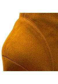 Stuart Weitzman - Kozaki STUART WEITZMAN - Charlie YL96210 Bridle Devon. Kolor: żółty. Materiał: zamsz, skóra. Szerokość cholewki: normalna. Wzór: aplikacja. Obcas: na obcasie. Wysokość obcasa: średni