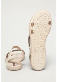 Beżowe sandały Ipanema bez obcasa, gładkie