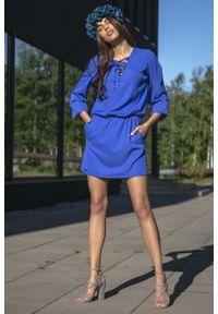 Fobya - Chabrowa Codzienna Komfortowa Sukienka Sznurowana przy Dekolcie. Okazja: na co dzień. Kolor: niebieski. Materiał: bawełna, poliamid, akryl. Typ sukienki: proste. Styl: casual