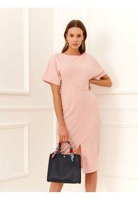 Różowa sukienka TOP SECRET dopasowana, do pracy, z krótkim rękawem, klasyczna