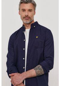 Lyle & Scott - Koszula bawełniana. Okazja: na co dzień. Typ kołnierza: button down. Kolor: niebieski. Materiał: bawełna. Długość rękawa: długi rękaw. Długość: długie. Wzór: gładki, aplikacja. Styl: casual