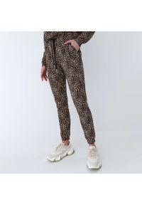 Mohito - Spodnie dresowe w panterkę - Beżowy. Kolor: beżowy. Materiał: dresówka. Wzór: motyw zwierzęcy
