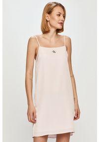 Calvin Klein Jeans - Sukienka. Okazja: na co dzień. Kolor: różowy. Materiał: dzianina. Długość rękawa: na ramiączkach. Wzór: gładki. Typ sukienki: proste. Styl: casual