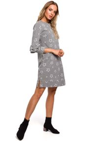 Szara sukienka dzianinowa MOE z falbankami