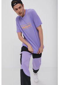 adidas Originals - T-shirt. Okazja: na co dzień. Kolor: fioletowy. Wzór: nadruk. Styl: casual