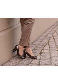 Zapato - klasyczne czółenka na słupku - skóra naturalna - model 042 - kolor czarne liście. Okazja: na wesele, na ślub cywilny, na imprezę. Nosek buta: okrągły. Kolor: czarny. Materiał: skóra. Wzór: motyw zwierzęcy, kolorowy. Sezon: lato. Obcas: na słupku. Styl: klasyczny. Wysokość obcasa: średni