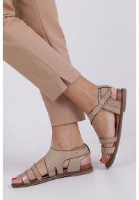 Casu - Beżowe lekkie sandały płaskie z błyszczącym paskiem casu k19x15/t. Zapięcie: pasek. Kolor: beżowy