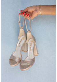 Casu - Złote sandały na słupku szerokim z zakrytą piętą i paskiem wokół kostki casu 1590. Zapięcie: pasek. Kolor: złoty. Obcas: na słupku