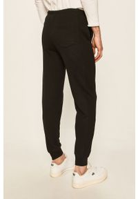 Czarne spodnie dresowe Russell Athletic z aplikacjami