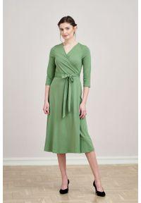 Marie Zélie - Sukienka Aida zieleń wiosenna – bawełna. Typ kołnierza: dekolt kopertowy. Materiał: bawełna. Sezon: wiosna. Typ sukienki: proste, kopertowe
