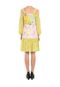 MOSCHINO - Sukienka w kwiaty. Kolor: żółty. Materiał: materiał, tkanina. Wzór: kwiaty. Typ sukienki: z odkrytymi ramionami, oversize. Styl: elegancki