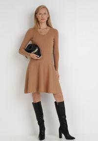 Born2be - Ciemnobeżowa Sukienka Perreos. Kolor: beżowy. Materiał: dzianina, prążkowany. Długość rękawa: długi rękaw. Wzór: jednolity. Styl: klasyczny, elegancki. Długość: mini