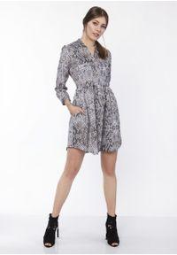 e-margeritka - Sukienka koszulowa w zwierzęcy wzór - 36. Typ kołnierza: kołnierzyk stójkowy. Materiał: poliester, materiał. Wzór: motyw zwierzęcy. Typ sukienki: koszulowe