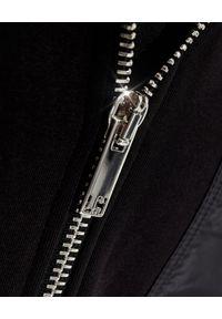 Les Hommes - LES HOMMES - Czarna bluza z kapturem. Typ kołnierza: kaptur. Kolor: czarny. Materiał: dresówka. Długość rękawa: długi rękaw. Długość: długie. Wzór: aplikacja
