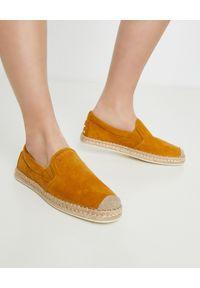TOD'S - Żółte zamszowe espadryle. Nosek buta: okrągły. Kolor: żółty. Materiał: zamsz. Styl: wakacyjny