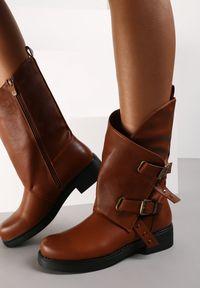 Renee - Camelowe Botki Naesyllis. Nosek buta: okrągły. Zapięcie: sprzączka. Szerokość cholewki: normalna. Wzór: aplikacja. Styl: klasyczny