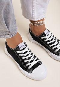 Renee - Czarne Trampki Rhethiphei. Nosek buta: okrągły. Kolor: czarny. Materiał: jeans, materiał, guma. Szerokość cholewki: normalna. Wzór: aplikacja, kolorowy