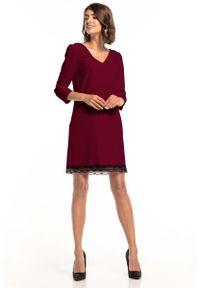 Czerwona sukienka wizytowa Tessita w koronkowe wzory