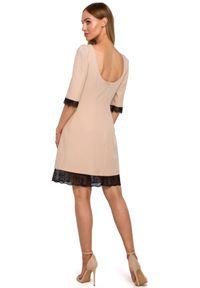 MOE - Elegancka sukienka z dekoltem na plecach koronkowe wykończenia. Typ kołnierza: dekolt na plecach. Materiał: koronka. Długość rękawa: krótki rękaw. Wzór: koronka, aplikacja. Styl: elegancki