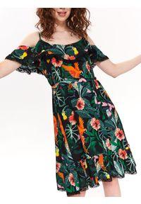 Zielona sukienka TOP SECRET z aplikacjami, koszulowa