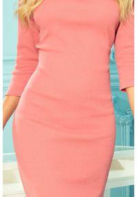 Numoco - Dopasowana sukienka midi z prążkowanej dzianiny różowa. Okazja: na co dzień. Kolor: różowy. Materiał: dzianina, prążkowany. Styl: klasyczny, casual. Długość: midi