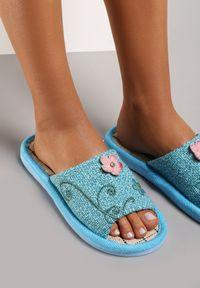 Renee - Niebieskie Kapcie Alciphia. Okazja: do domu. Nosek buta: otwarty. Zapięcie: bez zapięcia. Kolor: niebieski. Materiał: len. Wzór: haft, kwiaty. Obcas: na płaskiej podeszwie