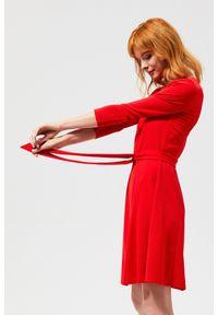 Czerwona sukienka MOODO z dekoltem w serek, prosta