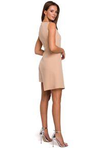 Makover - Dopasowana sukienka z asymetrycznym połyskującym dołem. Okazja: na imprezę. Materiał: tkanina. Długość rękawa: bez rękawów. Wzór: gładki. Typ sukienki: asymetryczne. Styl: elegancki. Długość: mini