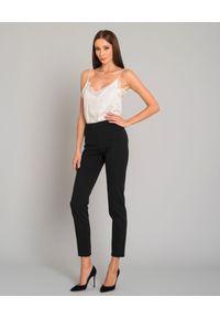 SEDUCTIVE - Biznesowe modelujące spodnie w kant. Okazja: na spotkanie biznesowe. Kolor: czarny. Materiał: tkanina. Styl: biznesowy