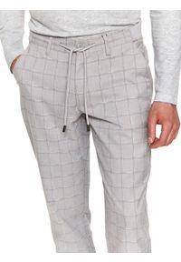 TOP SECRET - Spodnie tkaninowe w kratę typu jogger. Okazja: na co dzień, do pracy. Kolor: szary. Materiał: tkanina. Długość: długie. Sezon: wiosna. Styl: casual