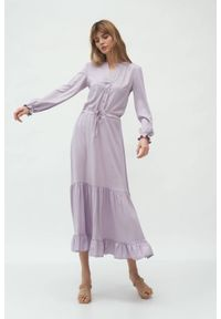 Nife - Długa liliowa sukienka koszulowa z falbanką. Typ kołnierza: kołnierz z falbankami. Kolor: liliowy. Materiał: materiał. Typ sukienki: koszulowe. Długość: maxi