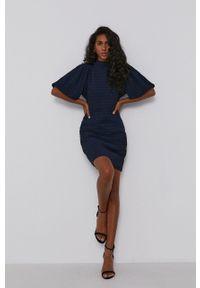 Scotch & Soda - Sukienka. Kolor: niebieski. Materiał: tkanina, jedwab, materiał. Długość rękawa: krótki rękaw. Typ sukienki: dopasowane