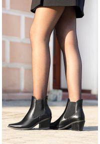 Casu - Czarne botki kowbojki na szerokim słupku z gumkami po bokach casu g20x14/b. Kolor: czarny. Obcas: na słupku