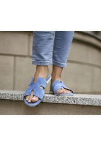 Zapato - damskie klapki na miękkiej podeszwie - skóra naturalna - model 371 - kolor niebieski welur. Okazja: na imprezę, na co dzień. Kolor: niebieski. Materiał: welur, skóra. Wzór: motyw zwierzęcy, kwiaty, nadruk, kolorowy. Sezon: lato, wiosna. Obcas: na płaskiej podeszwie. Styl: wakacyjny, klasyczny, casual