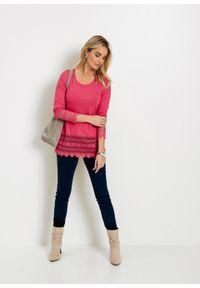 Długi shirt z koronką bonprix różowy hibiskus. Kolor: różowy. Materiał: koronka. Długość: długie. Wzór: koronka