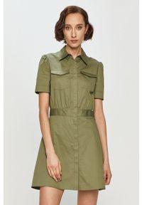 Guess - Sukienka. Kolor: zielony. Długość rękawa: krótki rękaw. Typ sukienki: rozkloszowane