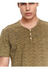 TOP SECRET - T-shirt strukturalny z guzikami. Okazja: na co dzień. Kolor: zielony. Materiał: tkanina, bawełna. Długość rękawa: krótki rękaw. Długość: krótkie. Sezon: lato. Styl: casual, elegancki