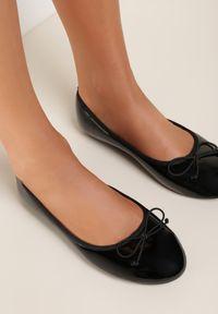 Renee - Czarne Balerinki Aramilia. Kolor: czarny. Materiał: jeans, lakier. Szerokość cholewki: normalna. Wzór: aplikacja. Obcas: na obcasie. Styl: klasyczny. Wysokość obcasa: niski