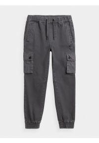 4f - Spodnie dresowe joggery cargo chłopięce. Okazja: na co dzień. Kolor: szary. Materiał: dresówka. Styl: casual