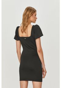 Czarna sukienka Guess z dekoltem karo, dopasowana, z krótkim rękawem