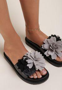 Renee - Czarne Klapki Acsite. Kolor: czarny. Materiał: lakier, guma. Wzór: kwiaty, aplikacja. Styl: wakacyjny