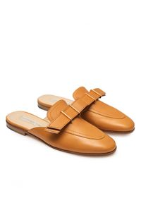 VITTORIO VIRGILI - Skórzane mule z klamrą. Kolor: brązowy. Materiał: skóra. Wzór: aplikacja. Sezon: lato. Styl: elegancki