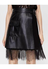 SELF PORTRAIT - Czarna kopertowa spódnica mini. Kolor: czarny. Materiał: tkanina, koronka, szyfon. Wzór: koronka. Styl: retro, elegancki