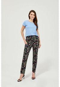 MOODO - Spodnie z nadrukiem w kwiaty. Materiał: bawełna, poliester, elastan. Długość: długie. Wzór: kwiaty, nadruk